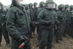 Polizei-Tonfa-Pfefferspray