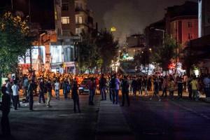 Menschen sammeln sich, um den Bullen zu zeigen, wo ihre Grenzen sind (Fotograf: Sinan Targay)