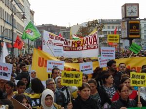 """""""Waffen für Rojava"""" - NAO/ARAB-Transparent auf einer Demonstration für Kobane in Berlin"""