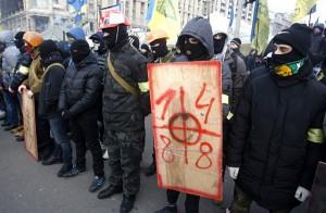 Wie alles begann: Rechte Schlägertrupps auf dem Kiewer Maidan. Auftrag: Demokratie.