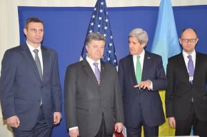 Klitschko, Poroschenko, Kerry und Jazenjuk bei der Münchner Sicherheitskonferenz 2014 - Die Annäherung an den Westen wird für die Ukraine vor allem teuer werden. Privatisierungen, Sozialabbau, Kürzungen - Welcome to the West.