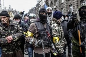 Demokratische Maidan-Aktivisten mit Wolfsangel-Armbinde kurz vor dem Sturz Janukowitschs