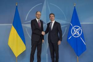 Spiel mit dem Feuer: Der ukrainische Premier Arsenij Jazenjuk beim Shakehands mit dem (ehemaligen) NATO-Generalsekretät Rasmmussen