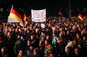"""Aus der Mitte entspringt ein Sumpf - PEGIDA demonstranten mit Forderungen weit aus dem """"Mainstream"""""""