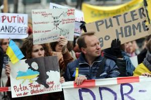 """""""Putler go home"""" - Demonstranten in Berlin vergleichen Putin mit Hitler"""