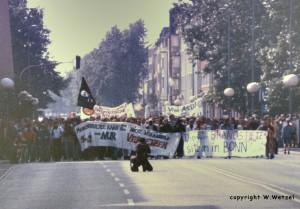 """Antifa 1993: Demo mit dem Slogan """"Die Brandstifter sitzen in Bonn"""""""