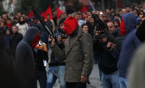 Selbstverteidigung gegen Bullen und Gangs: Milizen der illegalen DHKP-C bei einer Demonstration nach dem Mord an Hasan Ferit