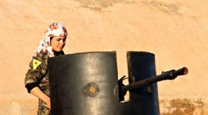 Selbstverteidigung und die Umsetzung eines demokratischen, Verschiedenheit respektierenden Gesellschaftskonzepts: Kämpferin der YPJ