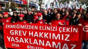 """Türkische Metallarbeiter demonstrieren gegen das Verbot ihres Streiks aus Gründen der """"nationalen Sicherheit"""""""