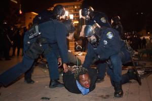 """Die """"normale"""" Gewalt findet ungleich weniger Kritiker als die in Reaktion auf die """"normale"""" Gewalt ausgeübte. Festnahme bei Occupy Oakland"""