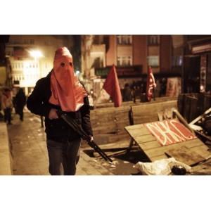 Solidarität aus den Kiezen - Nach der Erschießung der beiden Angreifer kommt es zu bewaffneten Auseinandersetzungen mit der Polizei