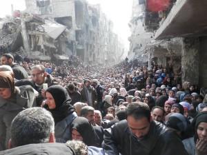 Das Bild ging um die Welt und veranschaulichte die humanitäre Katastrophe: Menschen in Yarmouk warten auf die Ausgabe von Hilfsgütern