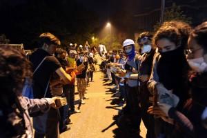 """Unter den Pflastersteinen, wartet der Sandstrand - Die """"Kommune vom Gezi-Park"""" schreitet Hand in Hand zum Freilegen der Möglichkeiten"""