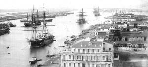Fest in den Weltmarkt eingebunden. Handelsschiffe warten in Port Said auf Einfahrt in den Suezkanal