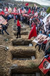 Beerdigung der in Suruc ermordeten Revolutionäre. Der Anschlag ist der heuchlerische Anlass für den Krieg in Kurdistan