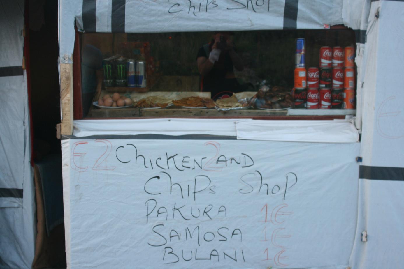 Auch kleine Imbissbuden wurden bereits geschaffen. Ein Snack kostet hier einen Euro.