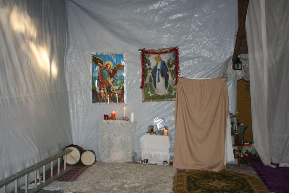 Der Altar im inneren der Kirche. Die Marienbilder brachten Geflüchtete aus ihrer Heimat mit.