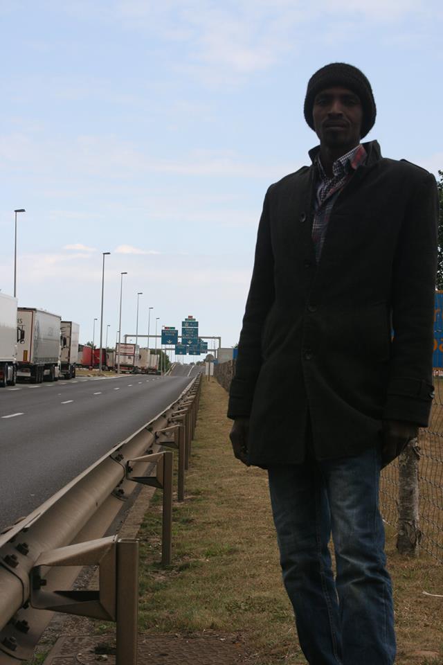 """Der Weg zu den Gleisen führt über gefährliche Autobahnen direkt in eine Polizeikontrolle. Wer es an den Beamten vorbei schafft, hat die Möglichkeit sich von einer Brücke auf einen fahrenden Zug in Richtung GB zu werfen. Ali hat dies schon 50 mal versucht und wurde jedesmal von Polizeibeamten, teilweise unter (rassistischen)Beleidigungen, zurückgeschickt. Er wird es aber weiterhin versuchen. """"Wenn ich in mein Land zurück muss, dann werde ich eh getötet"""", ist seine Antwort auf die Frage zu den Gefahren, welche er bei diesem Sprung auf sich nehmen wird."""