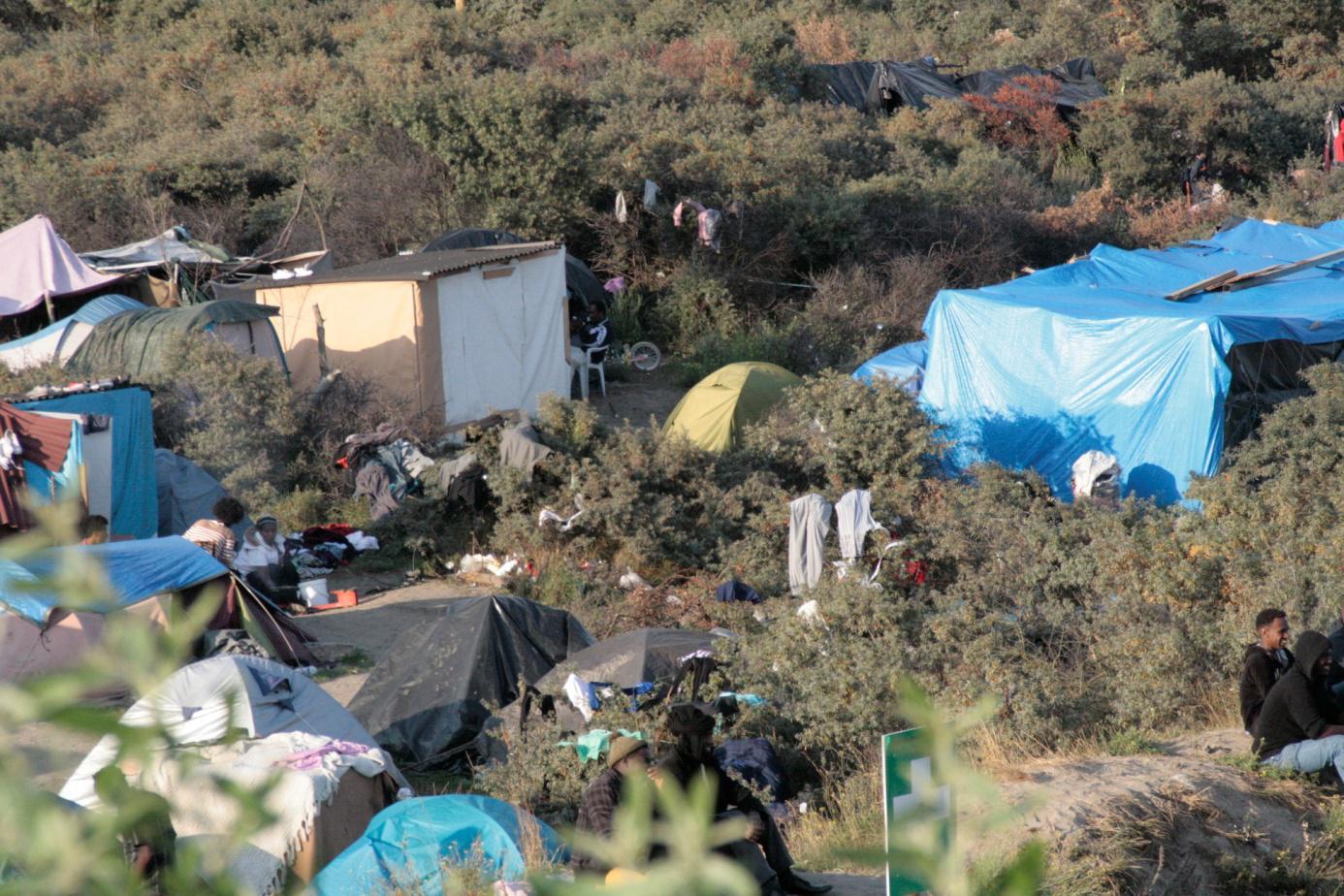 Überall im Camp: Zelte und Hütten aus Holz und Plastikplanen
