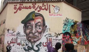 Ein politisches Graffitti gegen die neue und alte Militär-Junta in Ägypten in der Mohamed Mahmoud-Straße in Kairo