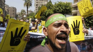 Die Muslimbrüder sind inzwischen zerschlagen und verboten. Das R4bia-Symbol steht für das Gedenken an die Massakrierten durch das ägyptische Militär