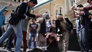 Die Lage von Frauen in Afghanistan ist nach wie vor von Gewalt geprägt: Das Bild zeigt den Mord der 27-jahre alten Farkhunda Malikzada von einem Mob auf offener Straße, nachdem die die Autorität eines Geistlichen in Frage gestellt hatte.