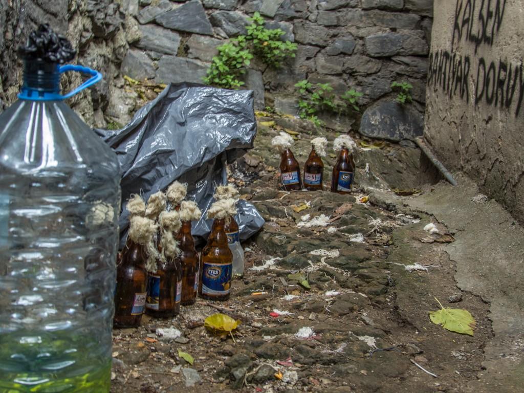 Vorbereitung ist alles: Molotovs wurden an diversen Stellen im Kiez gebunkert.