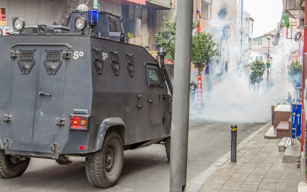 Immer wieder schossen die Cops mit Tränengasgranaten in den Kiez und zielten dabei auf alles was sich bewegte.