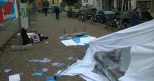 Den Hetzern die Bühne nehmen: Infostand der AfD nach einer Windböe