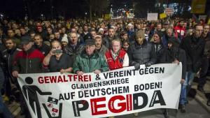 Eine rechte Massenbewegung entsteht: PEGIDA marschiert in Dresden