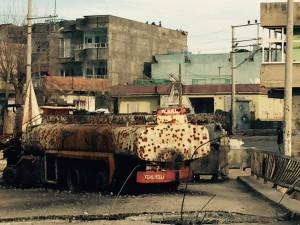 Der Weg nach Firat Mahallesi: Lastkraftwagen auf der Ahmet Kaya Brücke