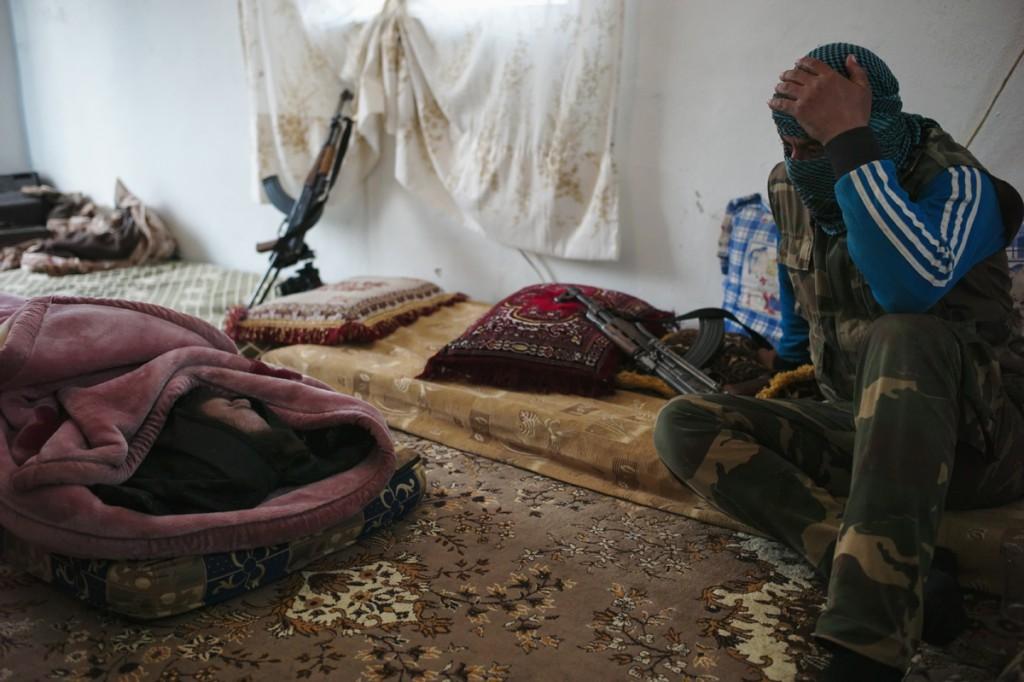 Syrien, 27. Februar 2013. Khaled starb Ende Februar 2013 bei einem Gefecht in der Ortschaft ar-Rebish. Mit seinem Tod gehen die Kämpfer der FSA Katiba Ayad al-Fahry sehr unterschiedlich um: die einen sind längst abgestumpft, andere zweifeln an der Revolution und sich selbst. Foto: Benjamin Hiller