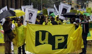 Der erste Versuch der Gründung einer legalen Partei durch die FARC-EP in den 80ern endete in einer systematischen blutigen Verfolgung durch staatliche Todeskommandos. Zwischen 3000 und 5000 AktivistInnen der Unión Patriótica (UP) wurden ermordet.