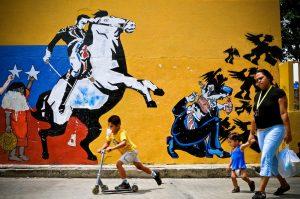 Simon Bolivar ,,El Libertador'' und seine Ideen sind eine Inspiration für viele lateinamerikanische Linke. Hier jagt der Befreier den US-Imperialismus aus dem Land (Caraccas, Venezuela).