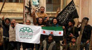 Der syrische Bürgerkrieg legt Zeugnis ab über die verschärfung des Konflikts zwischen den imperialistischen Blöcken. Hier Kämpfer der von den USA und der Türkei unterstützten FSA mit Fahnen der saudisch finanzierten Kampfgruppen ,,Islamische Front'' und der Al-Qaida Sektion ,,Jahbat Al-Nusra''